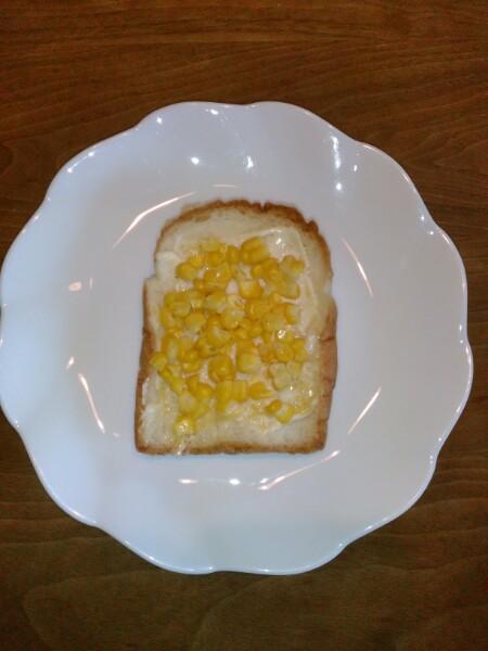 食パンにマヨネーズとねりからしを塗りその上に解凍したとうもろこしを載せます