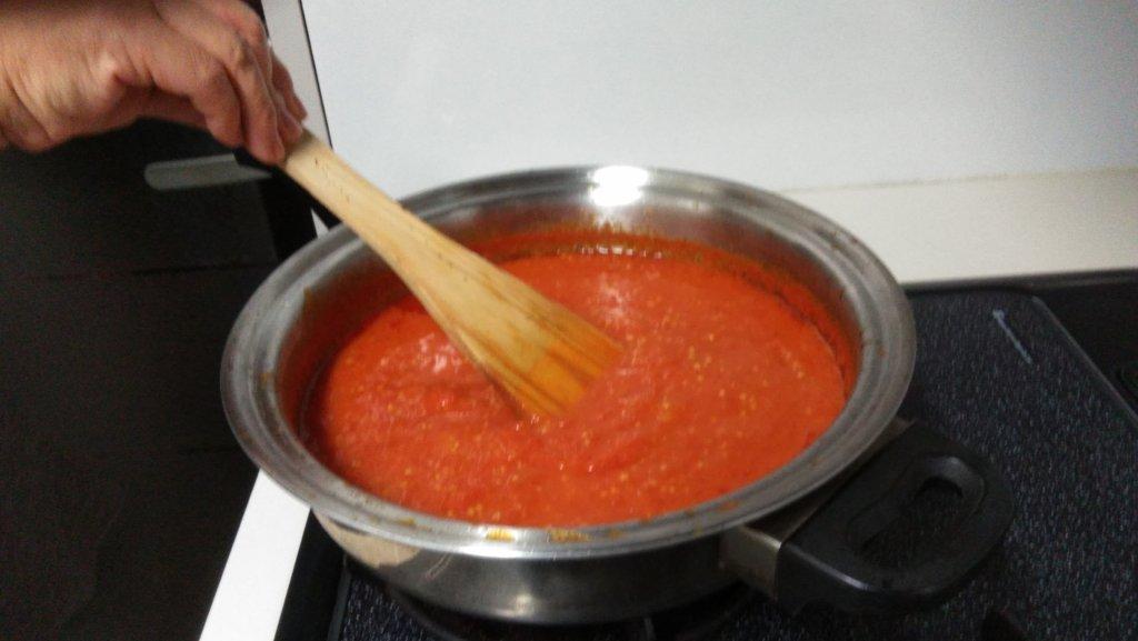 トマトの形が崩れて、ペースト状になったら火を止めます。