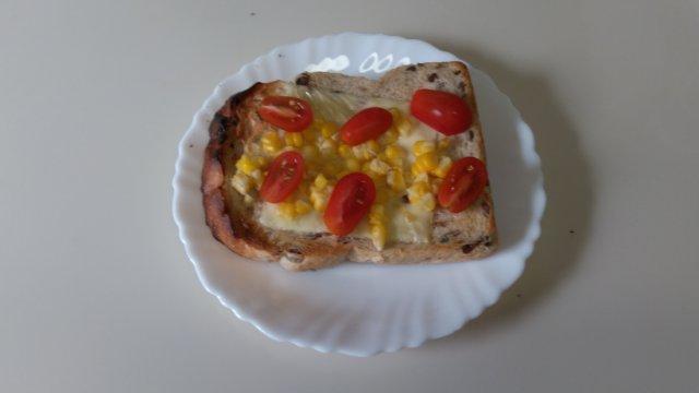 冷凍とうもろこしをトッピングしたトースト、ミニトマトロッソナポリタンもトッピングしてます。