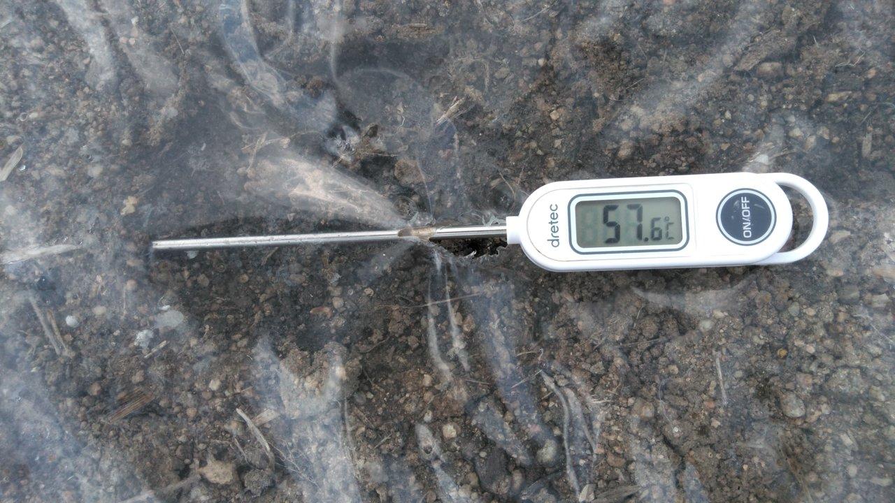 太陽熱養生処理中の土温度、表面の温度は57.6度